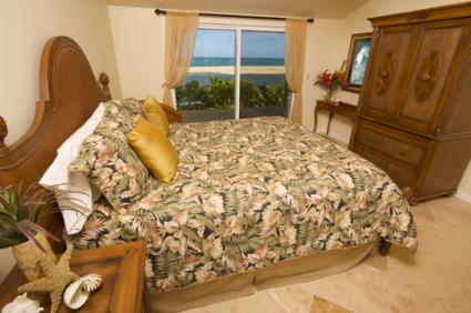 Comforter with palm tree fronds design