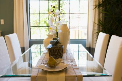 How to Use Table Runners | LoveToKnow