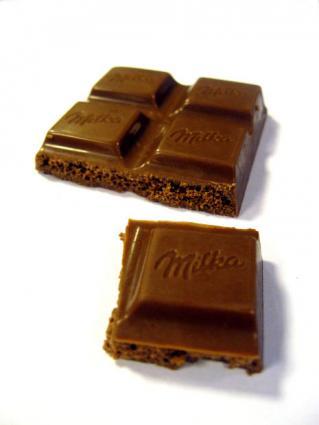 Mix melted baking chocolate into a regular fondant recipe.