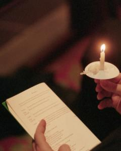 How Do I Plan a Christmas Eve Candlelight Service