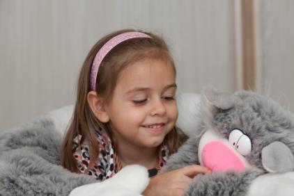 Girl with cat toy; © Waldru | Dreamstime.com