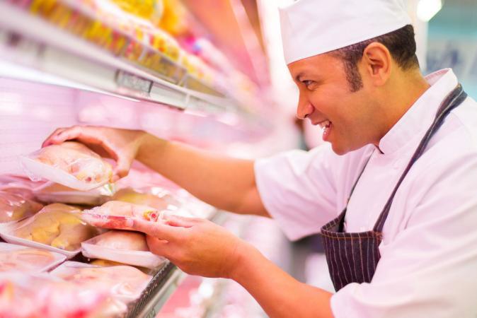 Carnicero y bandejas de pollo