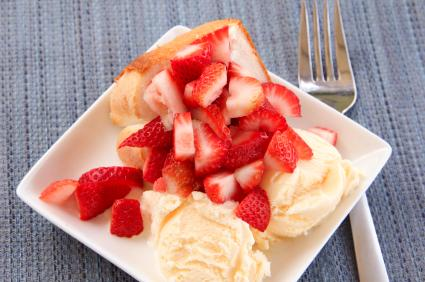 Angel food cake with berries and ice cream
