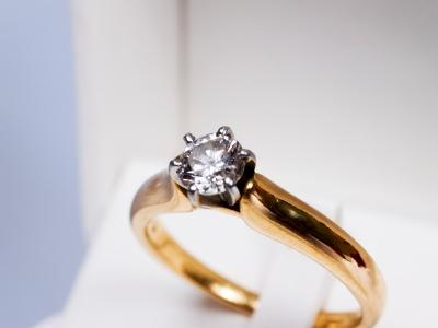 gold engagement ring with prong setting