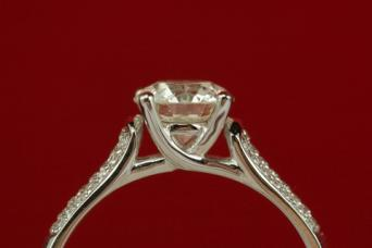 Engagement ring with cathedral setting; © Amineimo | Dreamstime.com