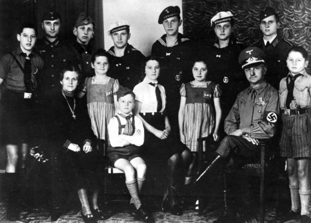 Nazi leader Reichel (from Erdmannsdorf in Saxony) with his wife and twelve children.