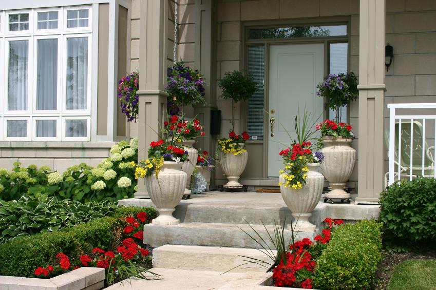 Front yard landscaping pictures slideshow for Front window landscaping ideas