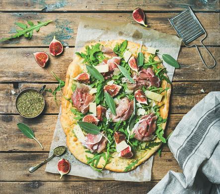 Fig and prosciutto pizza