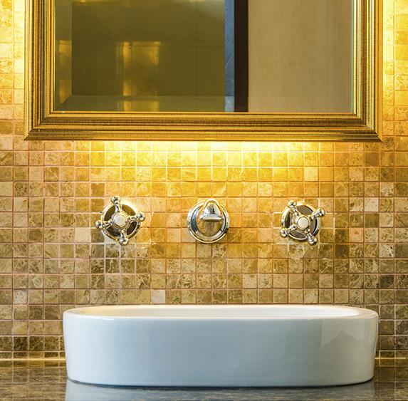 Bathroom vanity lighting ideas slideshow for Bathroom mirrors with lights behind