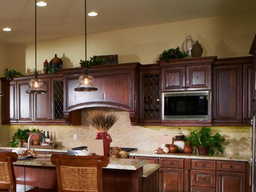 Ideas for decorating above kitchen cabinets slideshow for Above kitchen cabinets decorating ideas