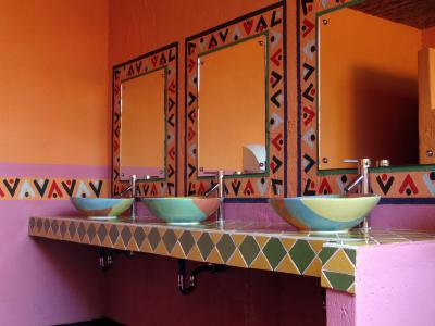 Mexican interior design lovetoknow for Mexican themed bathroom ideas