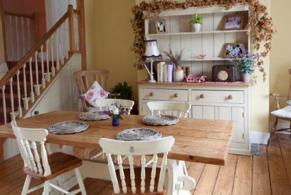 Country farmhouse decor lovetoknow for Farmhouse dining room ideas