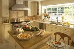 Тосканский дизайн кухни. деревянной мебели и веселого. яркого окружения.