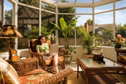 Sunroom decorating lovetoknow for Interieur veranda decoration