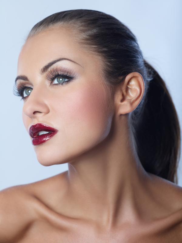 Cat eye makeup red lips