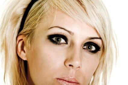 dark emo eye look