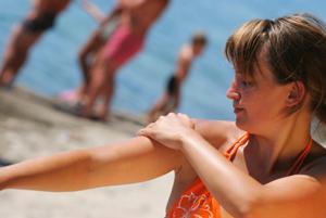 child putting on sunscreen