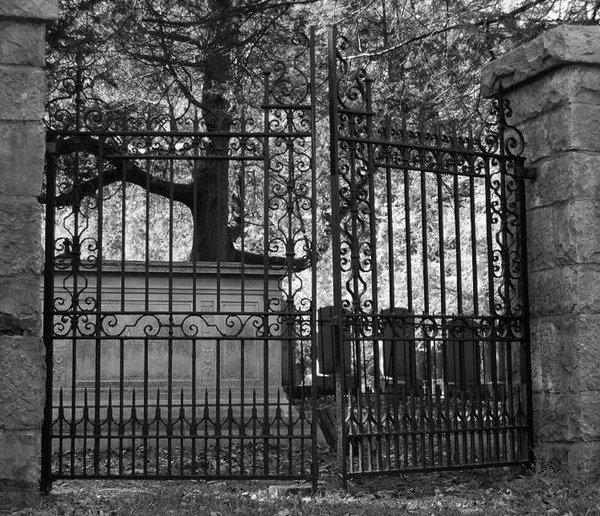 10 Most Haunted Cemeteries [Slideshow]