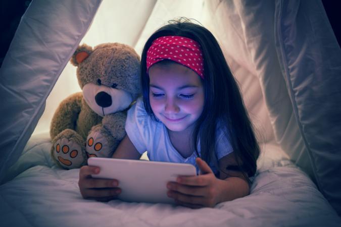 girl reading online magazine