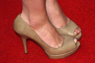 Actress Scarlett Johansson wearing Prada pumps