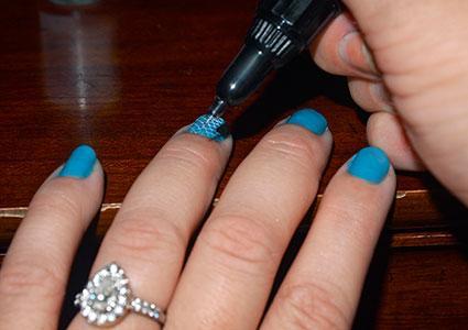 Using a nail art pen