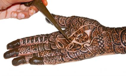 Henna tattoo in progress; © Beetle2k42 | Dreamstime.com