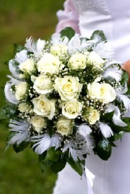 How to make your own bridal bouquet lovetoknow for Make your own flower arrangement