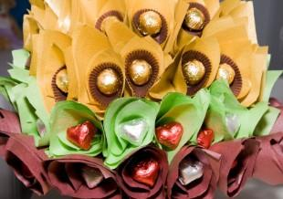 A Candy Flower Bouquet Is Elegant Source Cheap And Delightful Sweet Wedding Centerpieces