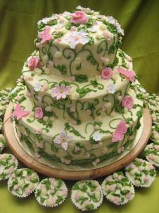 Flower cake with cupcakes.