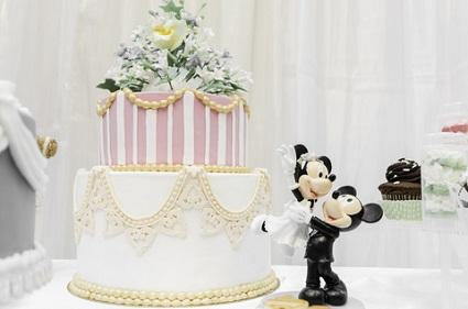 Mickey and Minnie figurines with wedding cake
