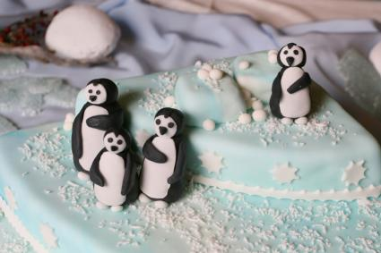 A penguinthemed cake is perfect for a whimsical January wedding