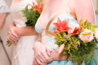 Arm bouquets are alternatives to round bouquets.