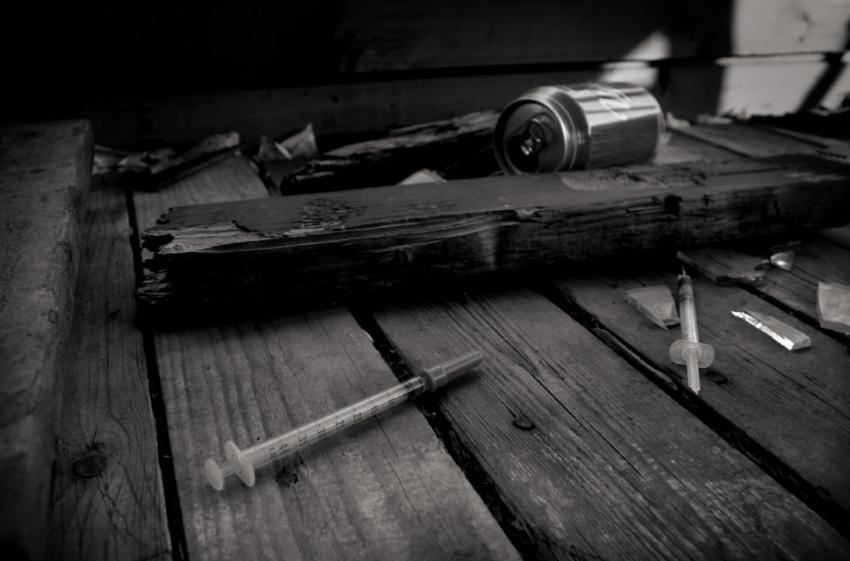 https://cf.ltkcdn.net/addiction/images/slide/122221-850x561-Discarded-needles.jpg