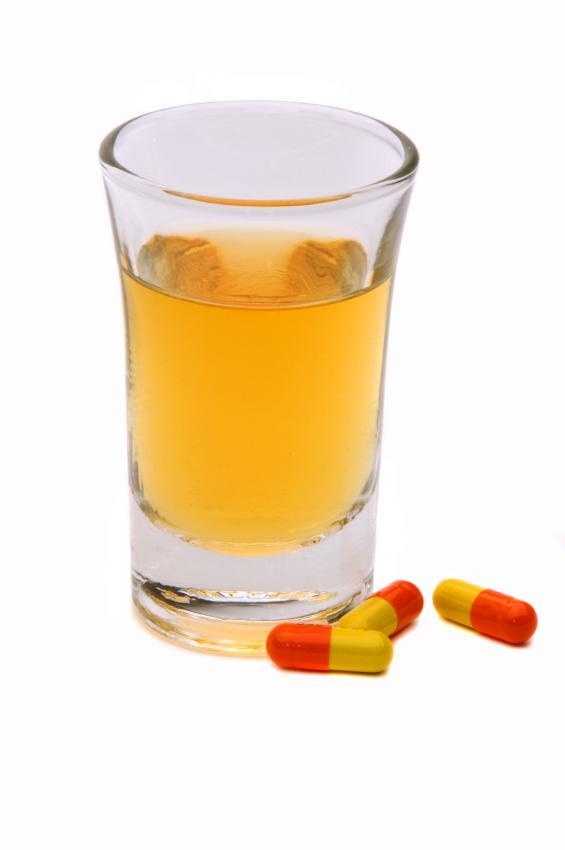 https://cf.ltkcdn.net/addiction/images/slide/122247-565x850-Alcohol-and-medication.jpg