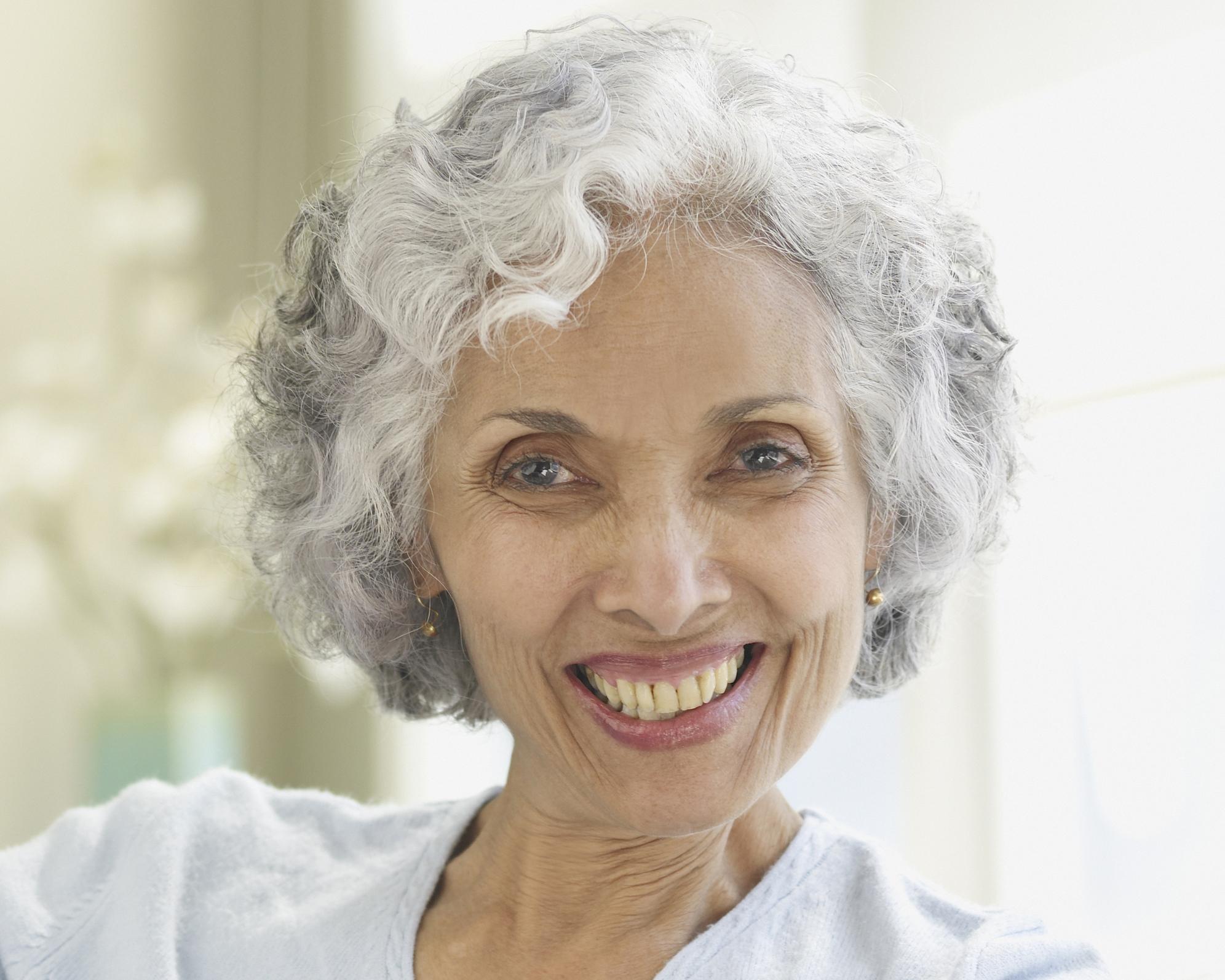 Una-mujer-con-pelo-gris-y-rizos.jpg