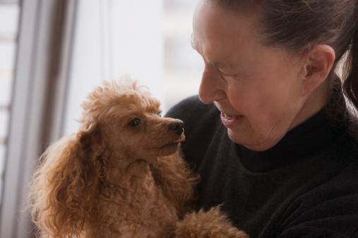 Mujer-mayor-acaricia-un-perro.jpg