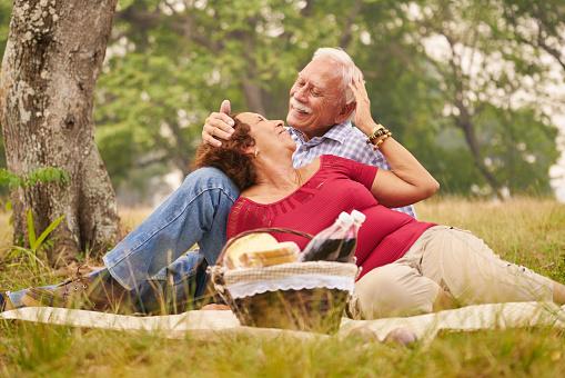 Adultos-mayores-picnic.jpg