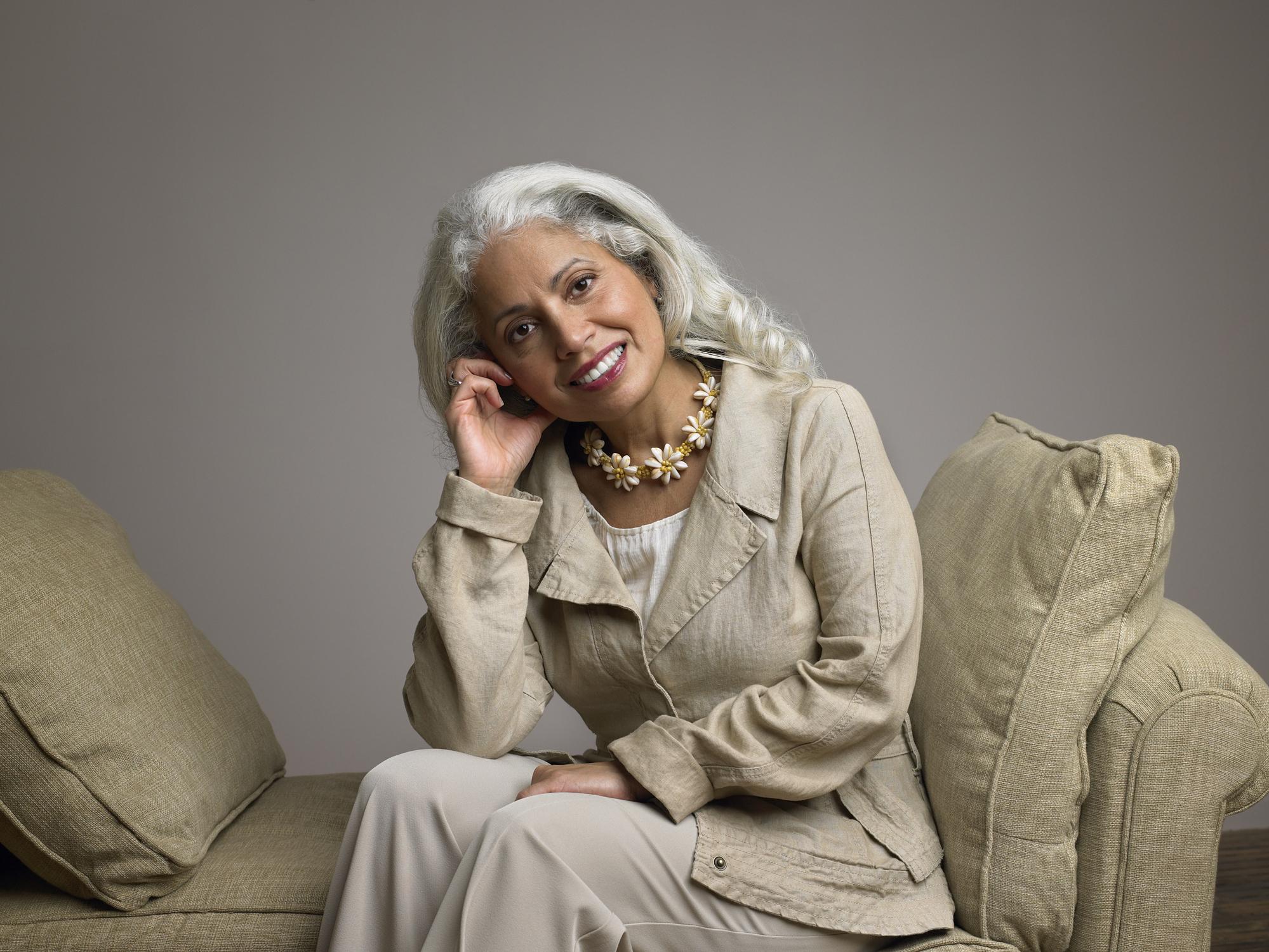 Mujer-mayor-cabello-cano.jpg