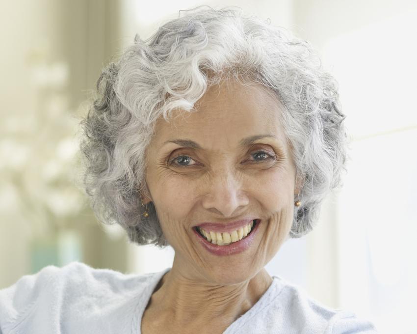 https://cf.ltkcdn.net/adultos-mayores/images/slide/215573-850x680-Una-mujer-con-pelo-gris-y-rizos.jpg