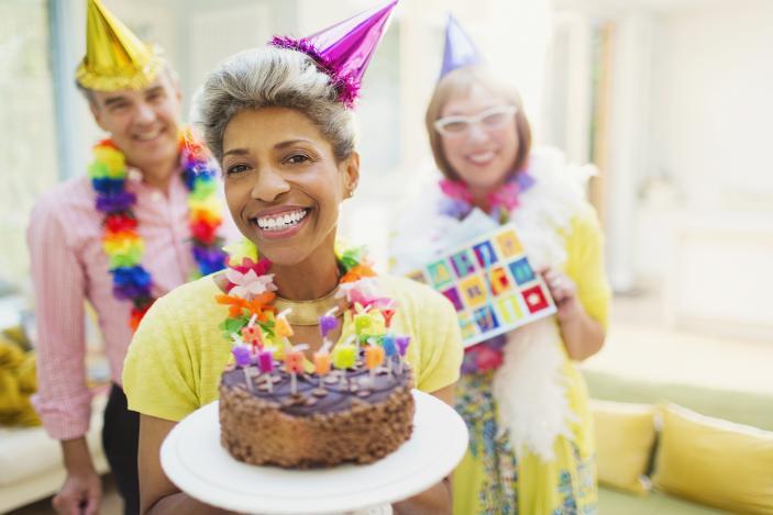 https://cf.ltkcdn.net/adultos-mayores/images/slide/229104-703x469-woman-holding-birthday-cake.jpg