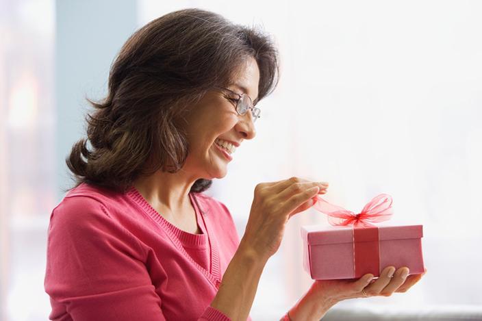 https://cf.ltkcdn.net/adultos-mayores/images/slide/229106-704x469-Woman-opening-gift.jpg