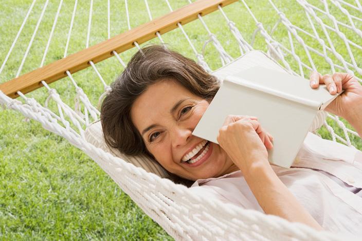 https://cf.ltkcdn.net/adultos-mayores/images/slide/229109-704x469-woman-holding-book-in-hammock.jpg