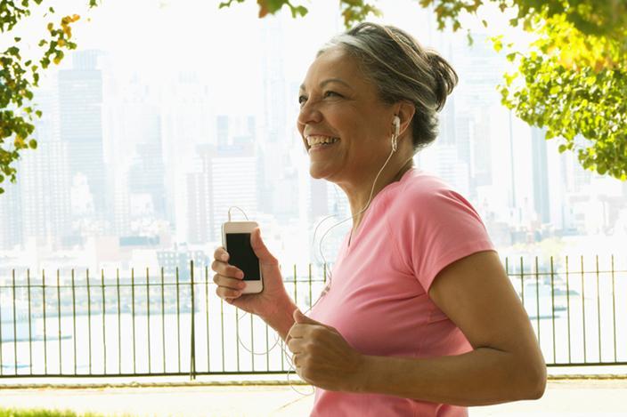https://cf.ltkcdn.net/adultos-mayores/images/slide/229112-704x469-woman-jogging-in-urban-park.jpg