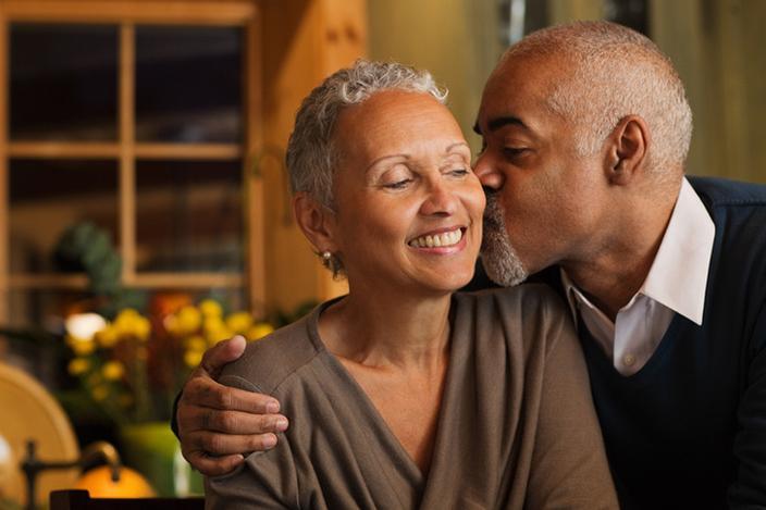 https://cf.ltkcdn.net/adultos-mayores/images/slide/229113-704x469-Mature-couple-kissing.jpg