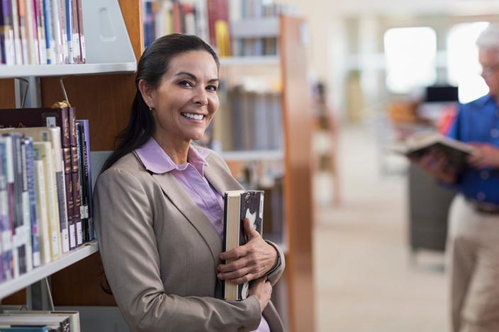https://cf.ltkcdn.net/adultos-mayores/images/slide/229271-704x469-Smiling-woman-holding-book-in-library.jpg