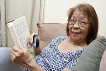 Mujer mayor lupa portátil