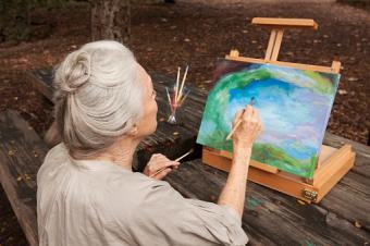una mujer pintando