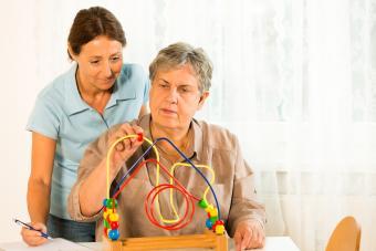 un anciano apprendiendo