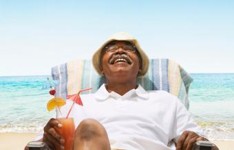 Adulto mayor relajándose en la playa