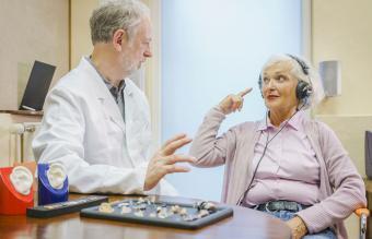 Paciente mayor con audífonos
